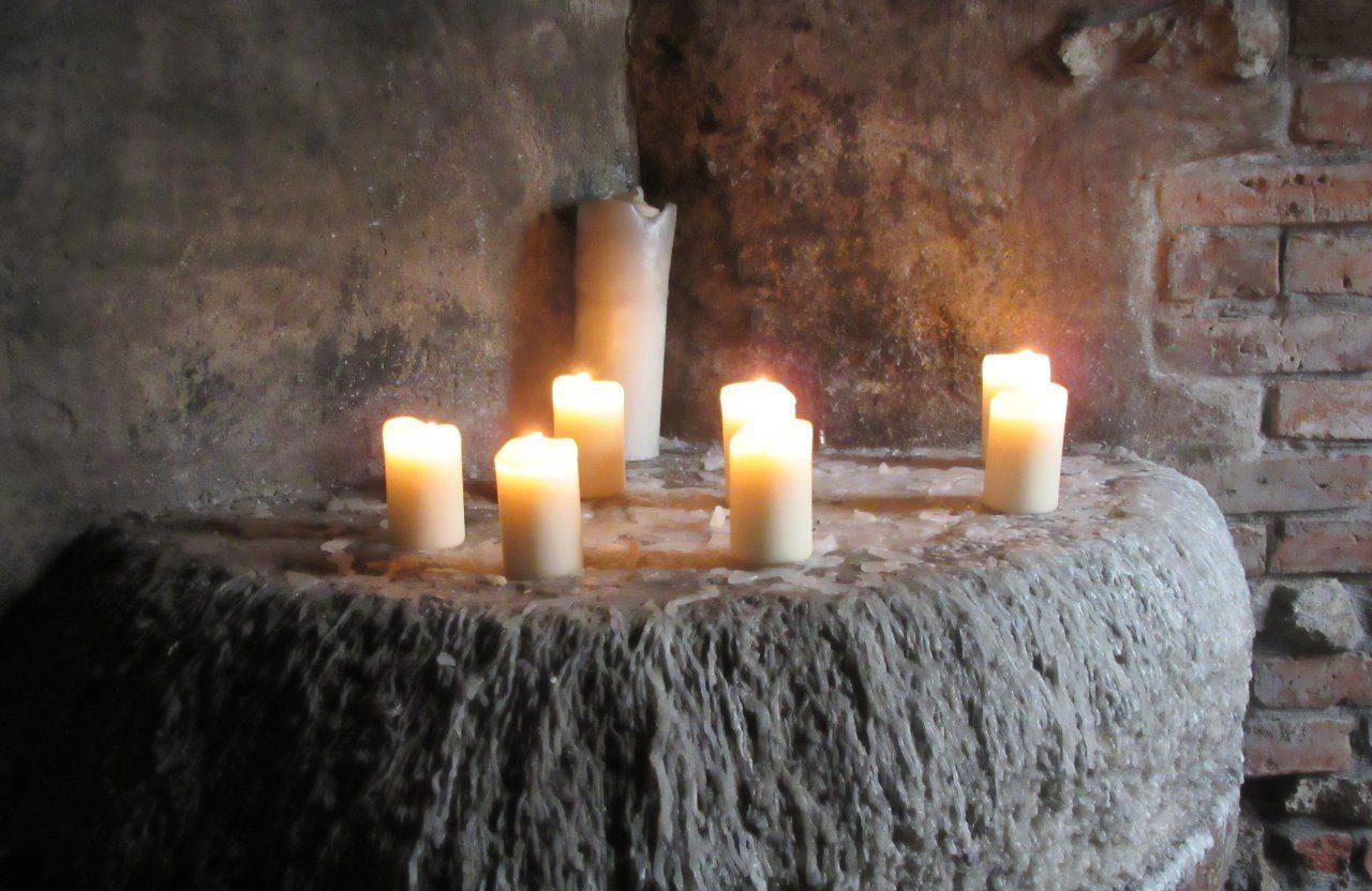 Простые свечи это отличный вариант для просушки вашего погреба